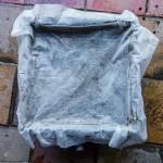 Netkaná textilie pod 1. patro. Zabraňuje ucpání výpustě a zachytí žížaly